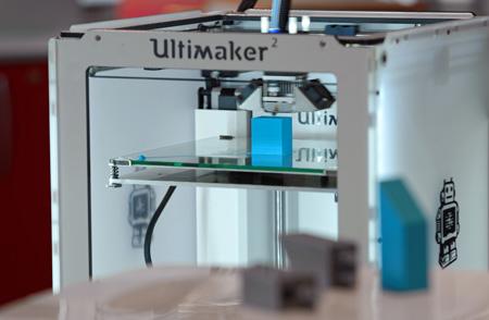 3D-Drucker von außen bei der Prototyp-Erstellung